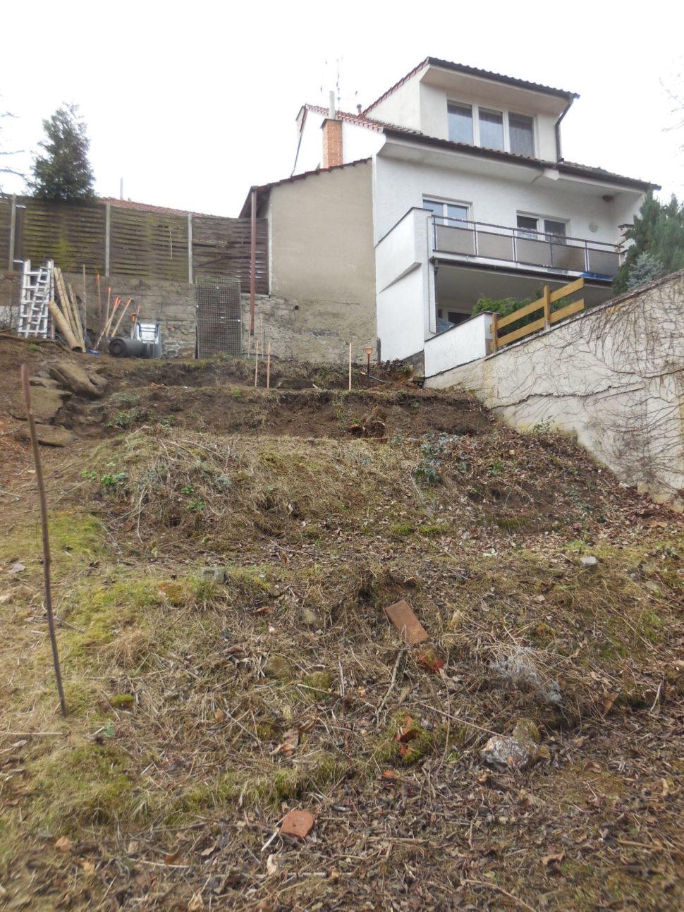 Původní pozemek už povykácení stromů akeřů adrobných terénních úpravách